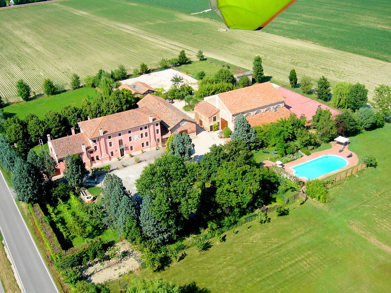 Large property on farmland with swimming pool., location de vacances à Pincara