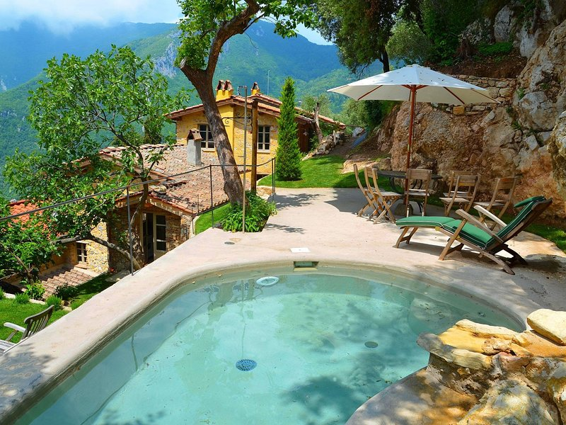Cozy and beautifully decorated house in the Tuscan hills with private pool, aluguéis de temporada em Salapreti