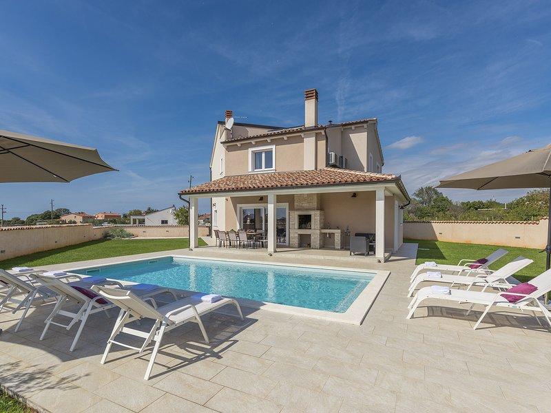 Stylish Villa with pool and fenced garden,ideal for relaxing family holidays, aluguéis de temporada em Loborika