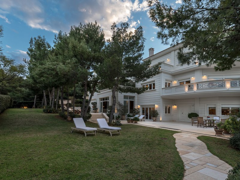 Beautiful large Mansion on coast in suburb of Athens, location de vacances à Pikermi