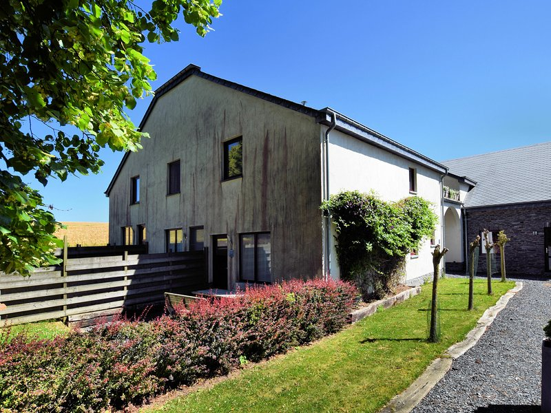 Small, simple and cheaply priced, terraced house with its own outdoor seating, holiday rental in Wibrin
