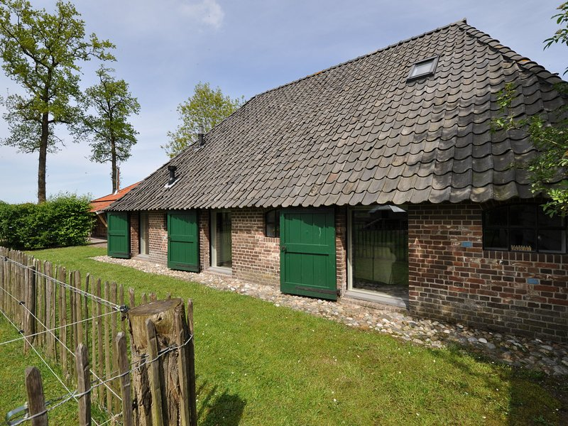 Stylish Farmhouse in Nieuwleusen with Private Garden, holiday rental in Balkbrug