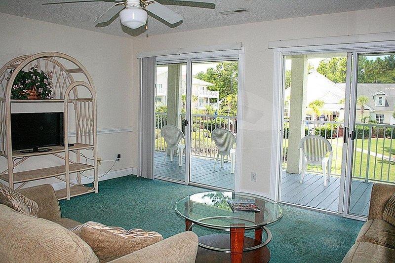 Muebles, sofá, ventilador de techo, mesa, puerta