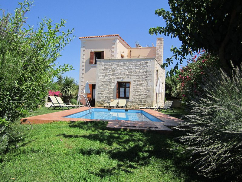 Beautiful villa with private pool, in nice village near beach and Rethymnon, NW, holiday rental in Gonia