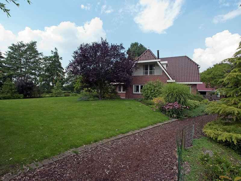 Luxurious Mansion in De Tike with Jacuzzi, Ferienwohnung in Twijzel