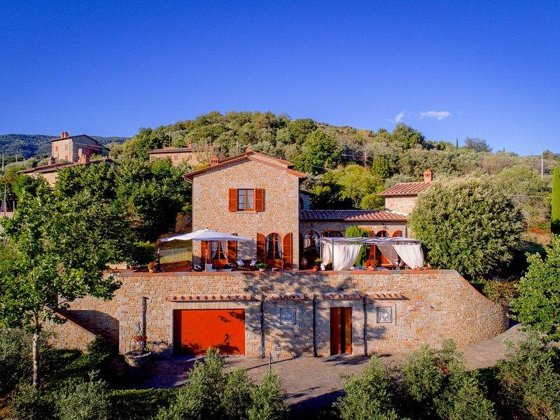 Luxurious Villa in Cortona Tuscany with Jacuzzi, holiday rental in San Pietro a Cegliolo