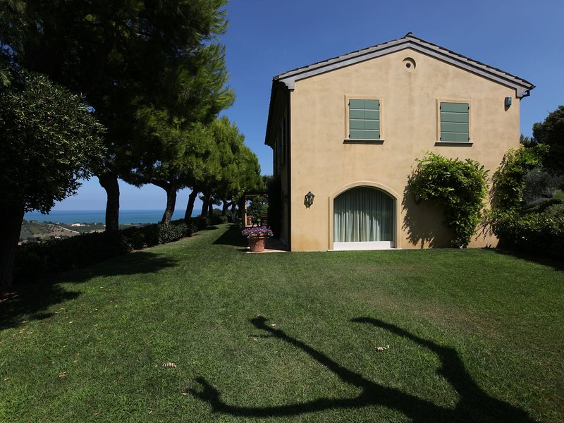 Luxury Villa with pool, sea view, annexe, park and tennis court, holiday rental in Civitanova Marche