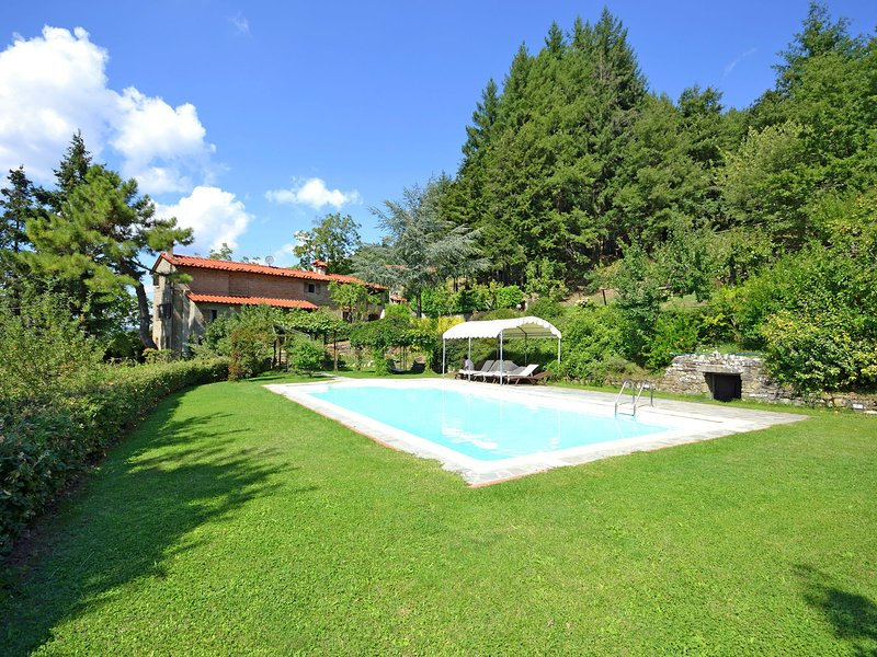 Nice villa with private pool, large garden, lots of privacy and close to Cortona, holiday rental in Teverina