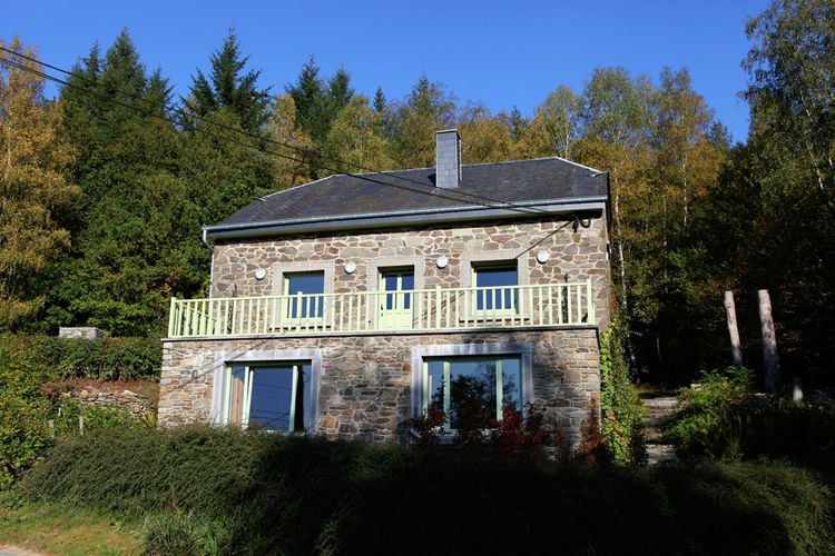 Beautiful holiday home with whirlpool and sauna, situated along the woods, location de vacances à Daverdisse