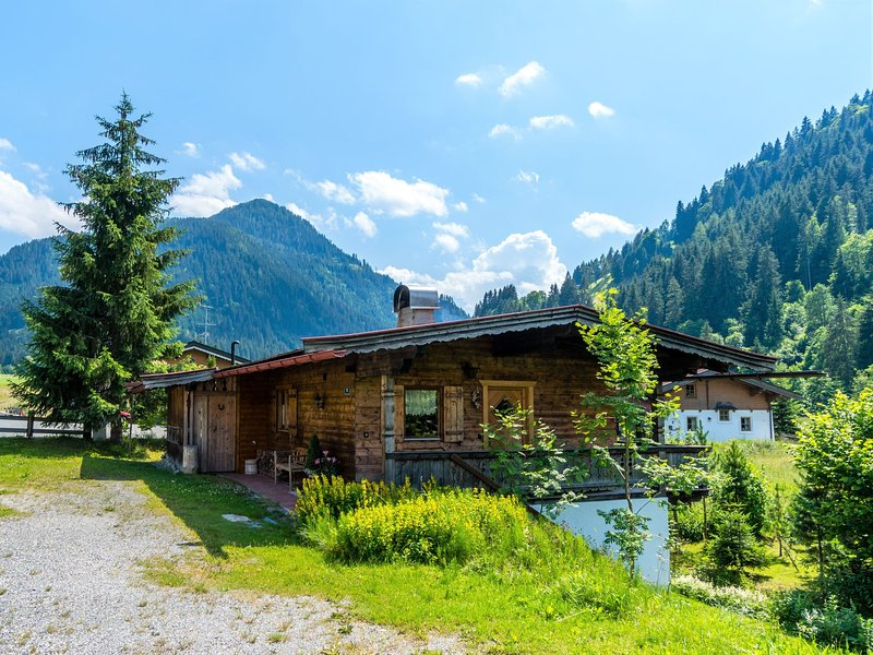 Idyllic Chalet in Kirchberg with Private Terrace and Garden, holiday rental in Aschau bei Kirchberg