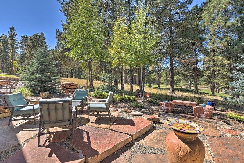 El patio de piedra ofrece un lugar perfecto para relajarse y ver cómo los golfistas se balancean.