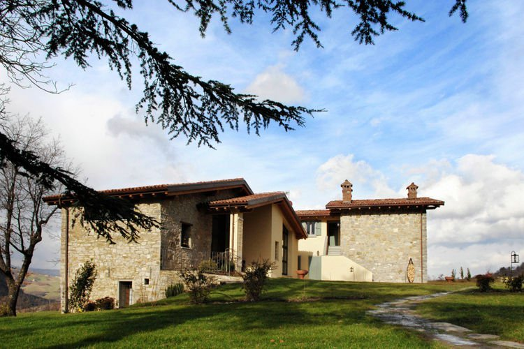 Former farmhouse in the Apennines with private swimming pool, near ski slopes., vacation rental in Chiesina-Farne