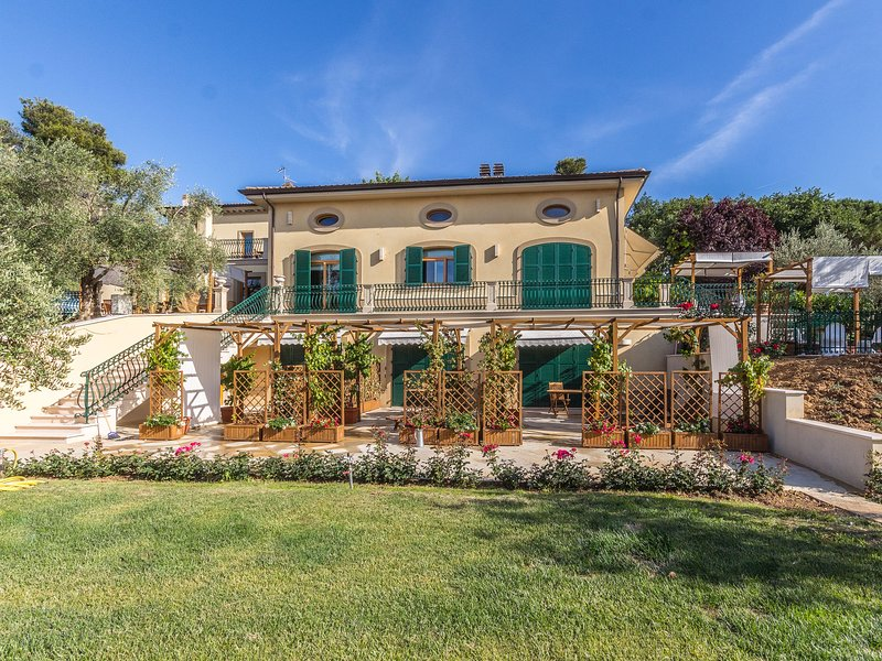 Luxury Mansion in Mondavio with Swimming Pool, holiday rental in Monte Porzio