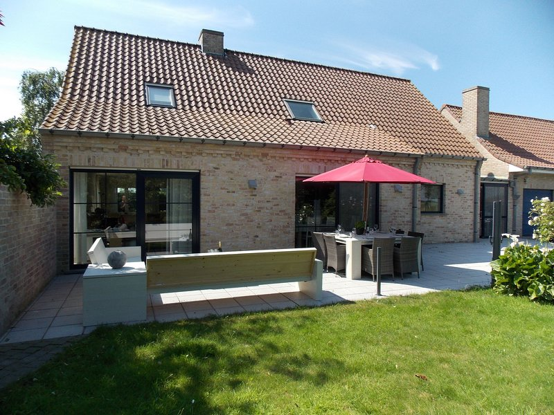 Spacious holiday home with fantastic large garden close to the beach, holiday rental in Damme