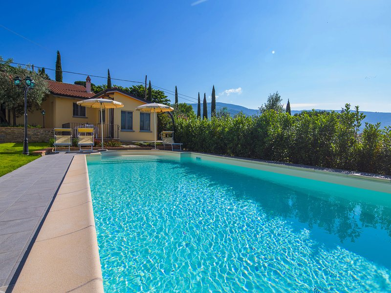 Cottage with communal swimming pool and spacious garden in hilly surroundings, holiday rental in San Pietro a Cegliolo