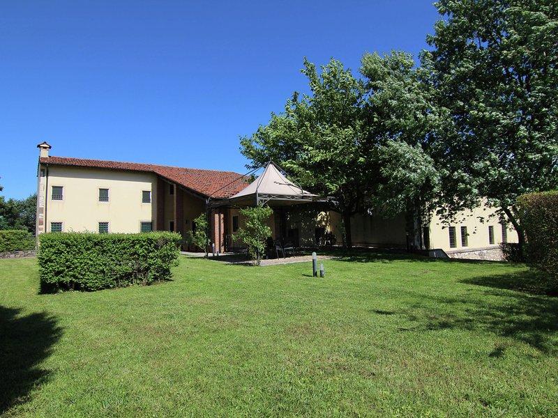 Modern Mansion with Garden near Forest in Mason, alquiler vacacional en Montebello Vicentino
