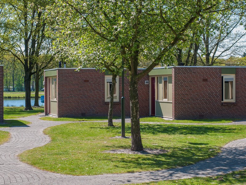 Cosy bungalow with dishwasher in the middle of De Maasduinen, alquiler vacacional en Swolgen