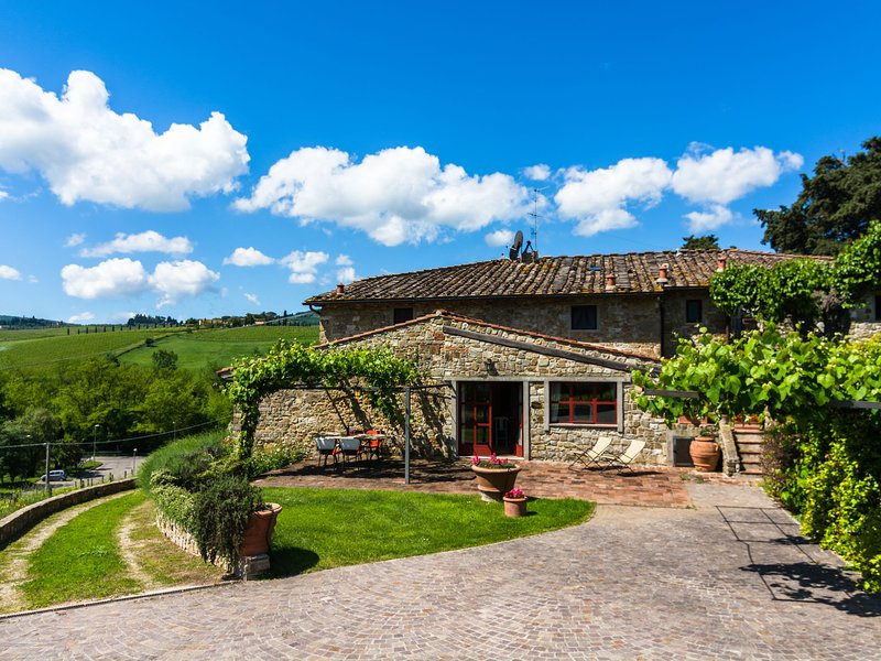 Cosy and comfortable apartment with swimming pool in the Chianti region, casa vacanza a La Panca