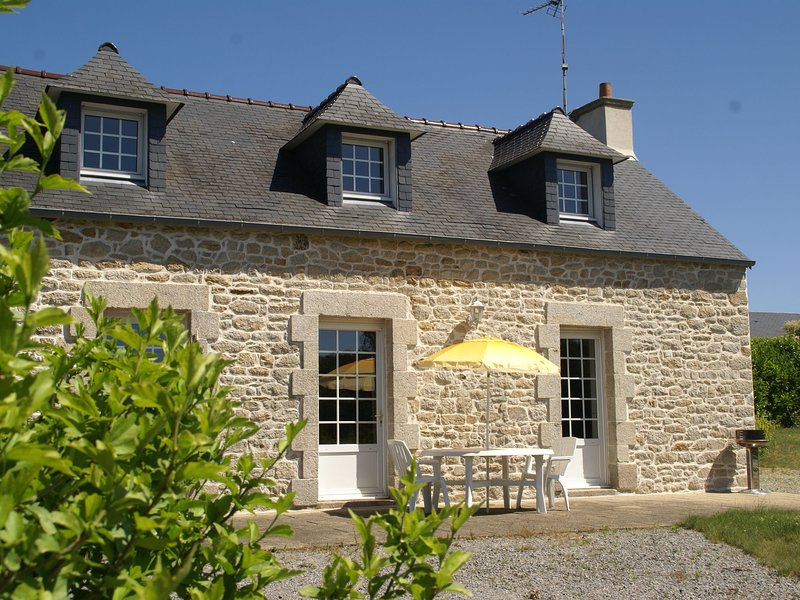 Quaint Holiday Home in Elliant France with Garden, vacation rental in Elliant