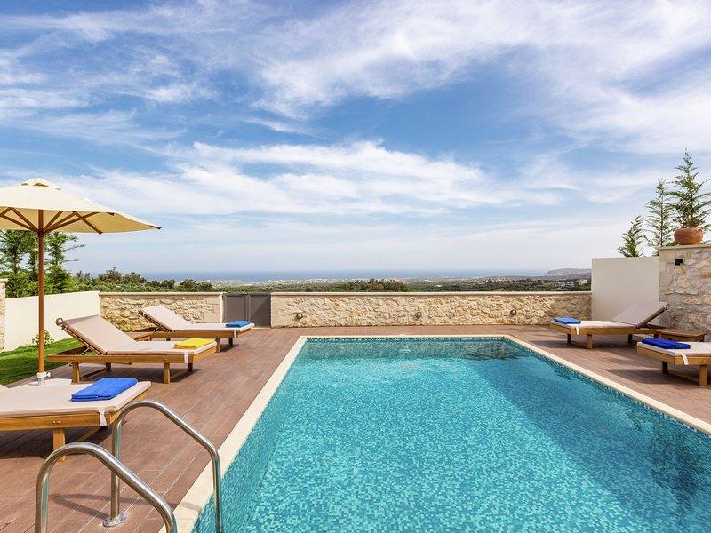 New villa with private pool, privacy, near sea and Arkadi monastery on NW coast, location de vacances à Thronos