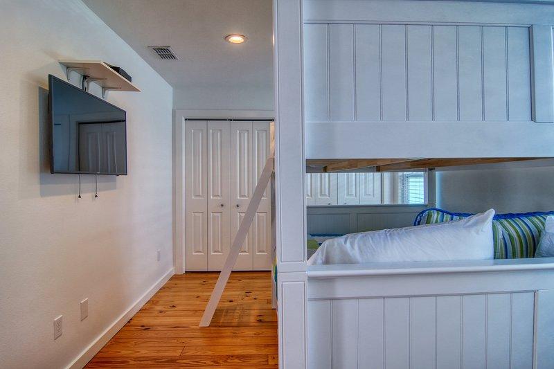 Flooring,Floor,Hardwood,Furniture,Bed