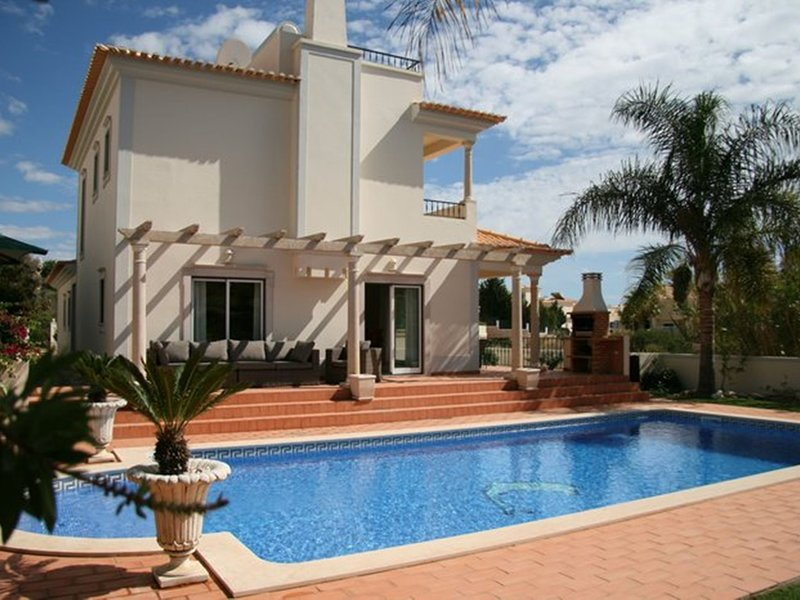 Luxurious Villa situated in Albufeira with Swimming Pool, holiday rental in Sesmarias