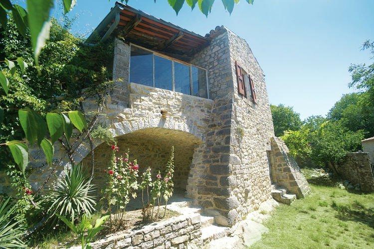 Beautiful, stone holiday house, built against a hill in a nature reserve, aluguéis de temporada em Berrias et Castejau
