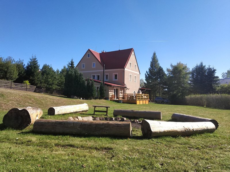 Spacious cottage with 7 bedrooms, 3 bathrooms and sauna in the Ore Mountains, vacation rental in Bozi Dar