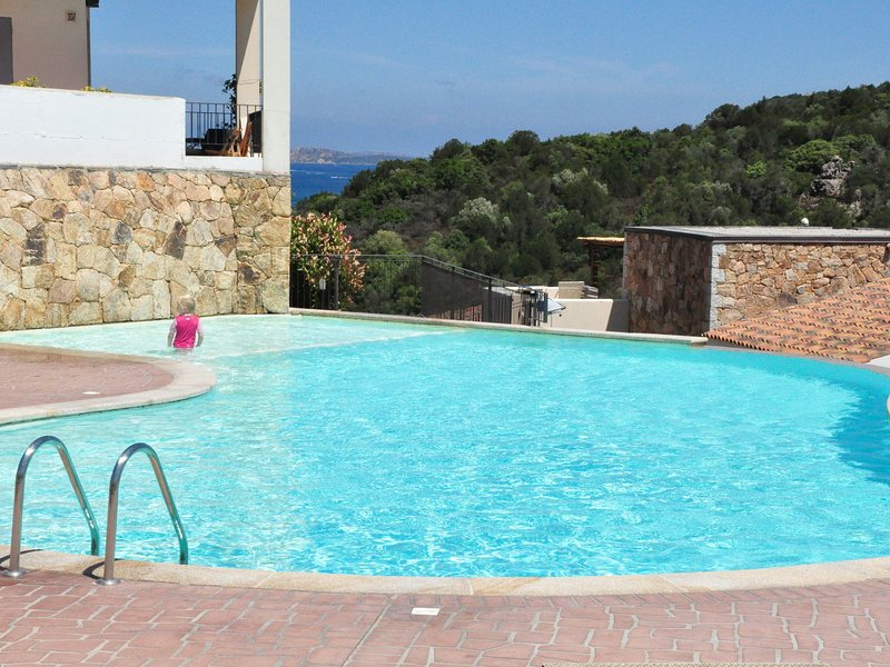 Brand new and elegant apartment near the beach of Baja Sardinia, casa vacanza a Cannigione