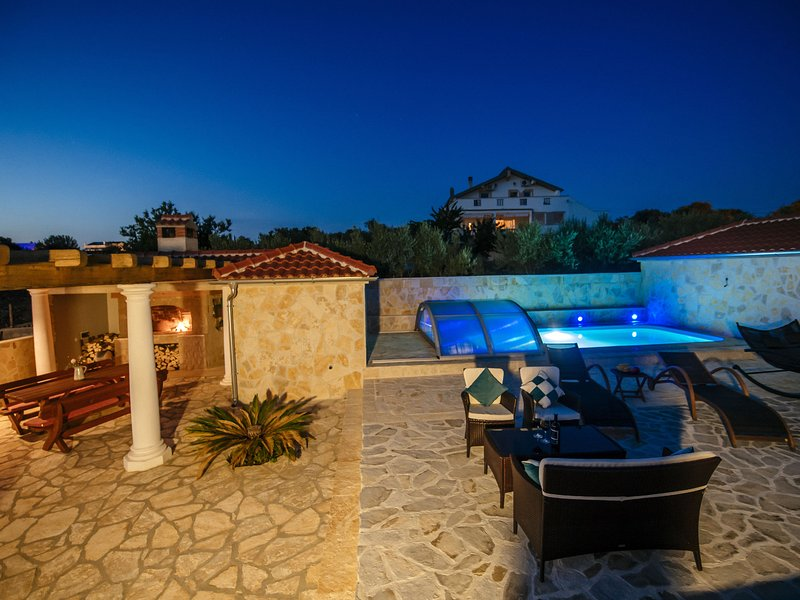 Charming villa with heatable covered swimming pool only 4 km away from the sea, Ferienwohnung in Debeljak