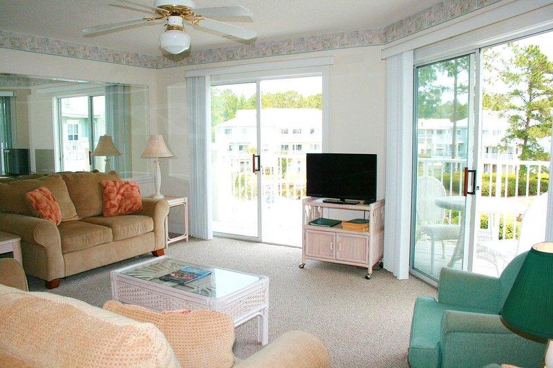 Ceiling Fan,Furniture,Screen,Indoors,Room