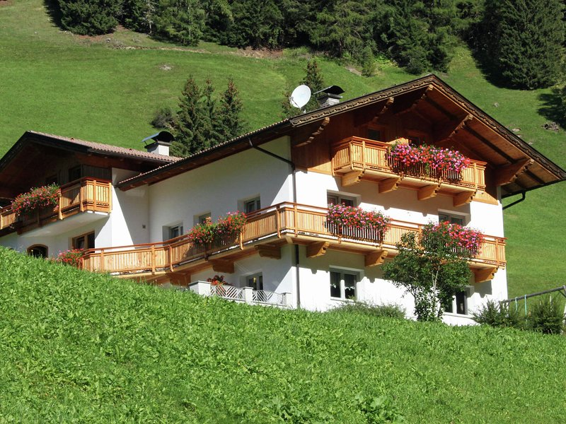 A well kept holiday home, full of atmosphere and with a wooden decor., vacation rental in San Candido