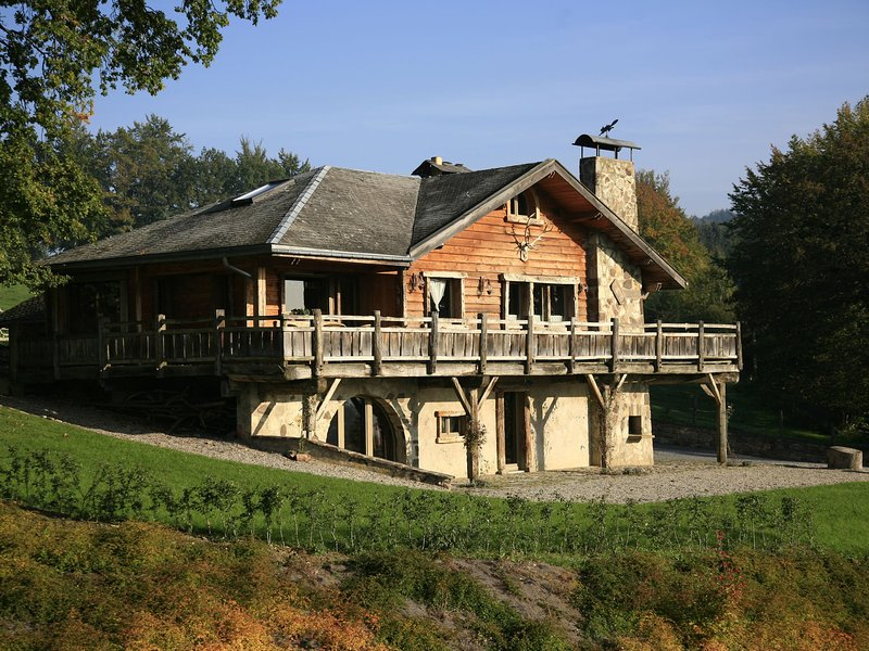 Beautiful Chalet with Jacuzzi and Sauna in Thirimont, location de vacances à Waimes