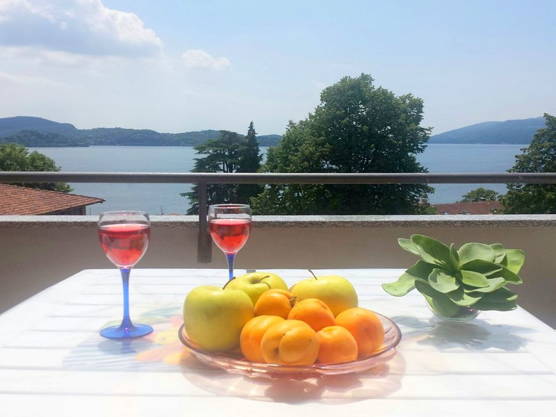 Lake Maggiore holiday apartment with marvellous lake views., Ferienwohnung in Bee