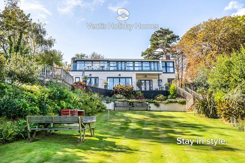 The Seascape, luxury 3 bed apartment with panaramic sea views, garden & hot tub, location de vacances à Shanklin