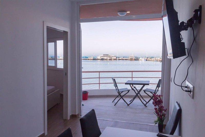 FANTASTIC APARTMENT IN FIRST LINE OF SEA. QUIET ZONE. FREE WIFI, aluguéis de temporada em Santa Cruz de Tenerife