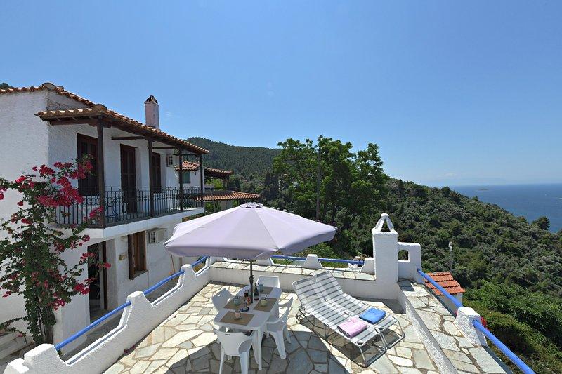 Villa DAHLIA: - Die Fassade der Villa mit dem Balkon und seiner ausgestatteten Panoramaterrasse.