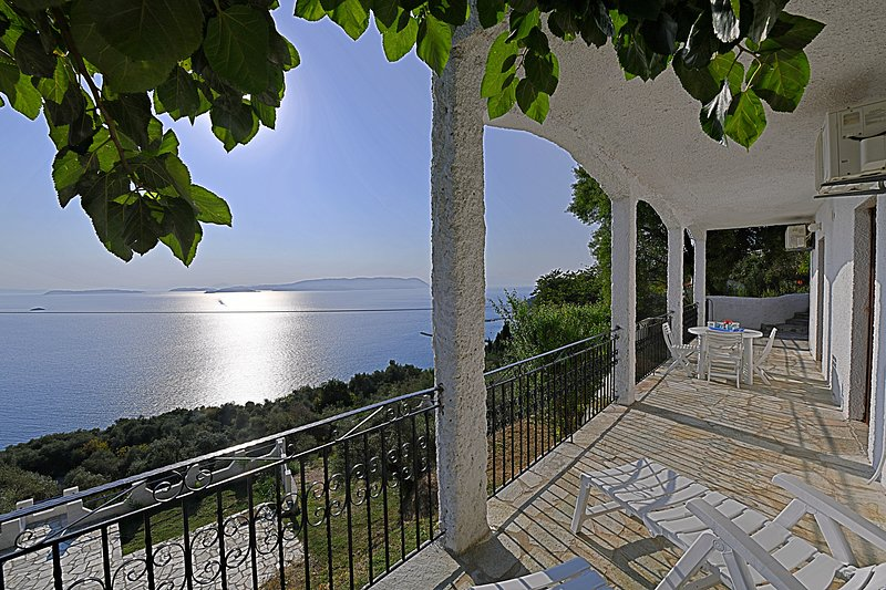 Villa ERIKA. Private access to the sea. Privileged view of the Egean sea., casa vacanza a Loutraki