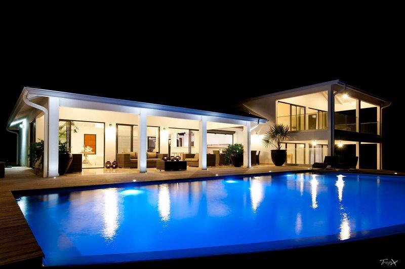 VILLA D'EXCEPTION les pieds dans l'eau, piscine à débordement, aluguéis de temporada em Le Francois