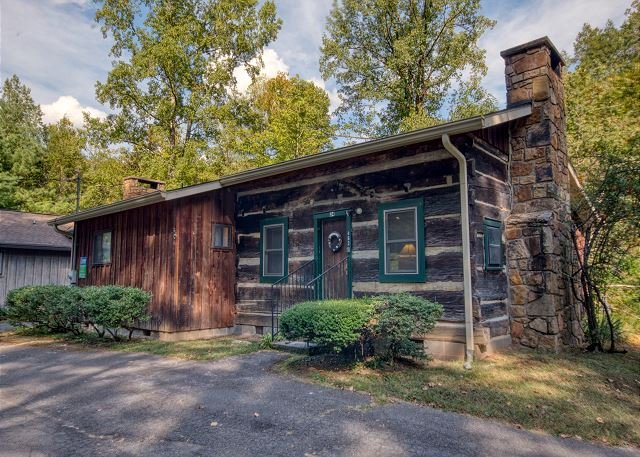 Gorgeous 2 Bedroom 2 Bath Cabin Located on the Pigeon River. Fishing Access, location de vacances à Gatlinburg