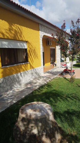 Spacious studio with shared pool, holiday rental in Vendas Novas