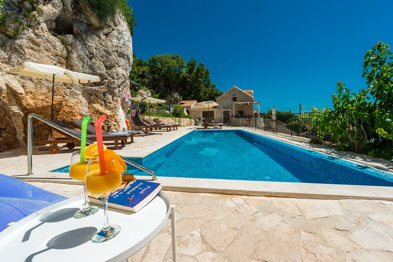 Astonishing Villa Stone in Mlini with heated pool , Dubrovnik, alquiler de vacaciones en Mlini