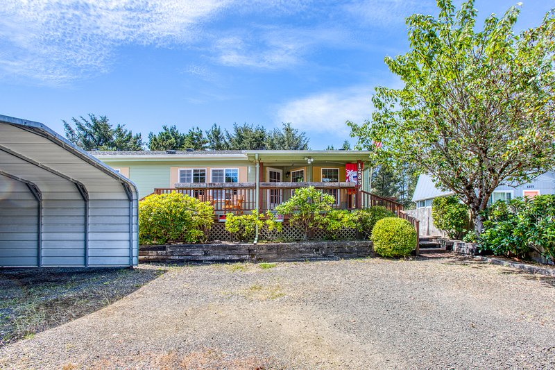 New listing! Cozy home w/ firepit & enclosed yard - walk to the beach!, holiday rental in Hoquiam