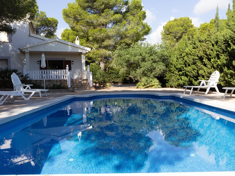 HUGE HOUSE WITH GARDEN, SWMING-POOL,BEACH AT 150M,BBQ AND WIFI_VIRGEN CINTA, holiday rental in L'Ametlla de Mar