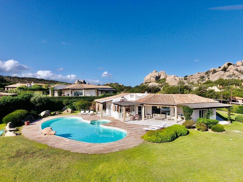 VILLA CAPRERA by KlabHouse-piscina giardino e vista, aluguéis de temporada em Barrabisa