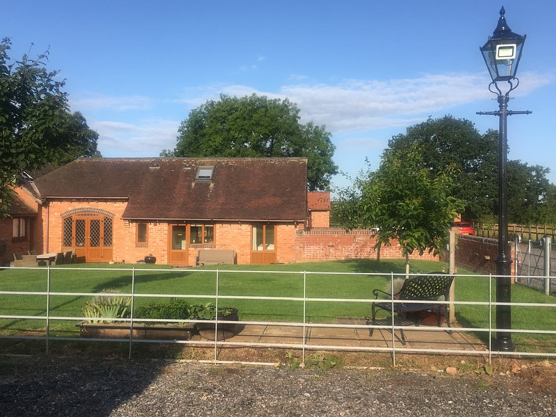 Coach House Farm Stay at Oaks Barn Farm with optional Salt water hot tub., holiday rental in Coughton