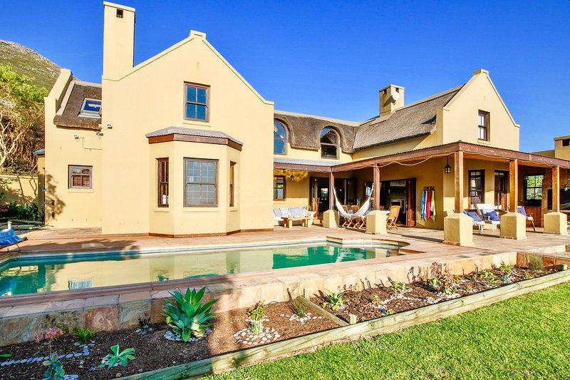 HOME SWEET HOME - Stunning thatched beach holiday family home, vacation rental in Noordhoek