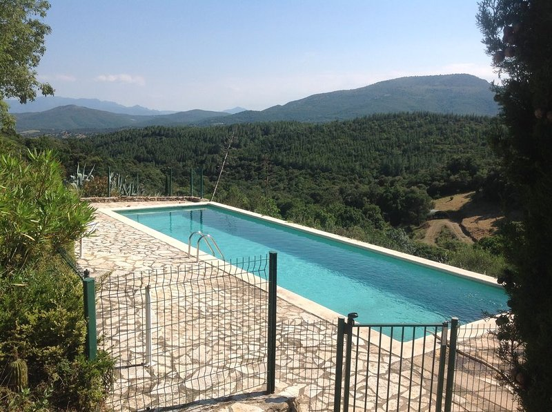 Amazing villa with shared pool, vacation rental in Millas