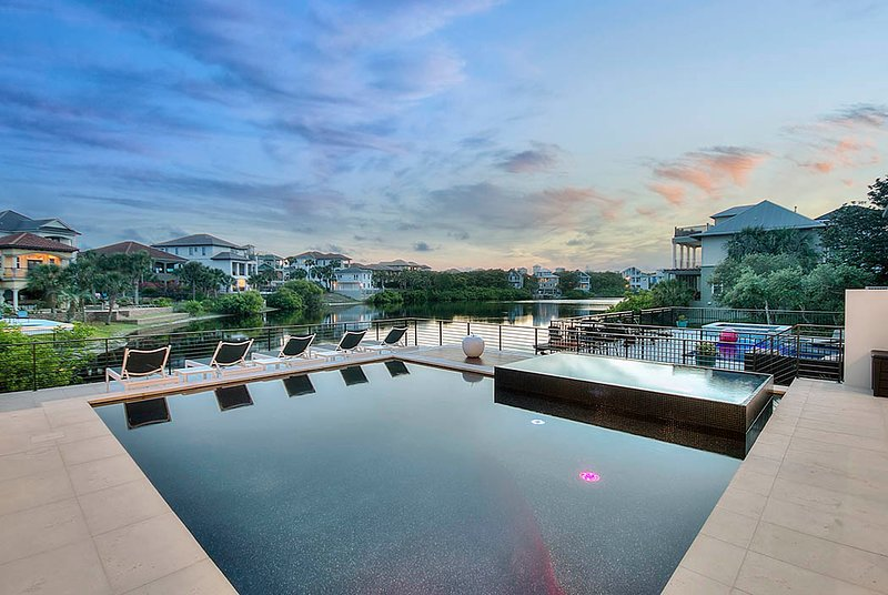Water,Pool,Building,Swimming Pool,Urban