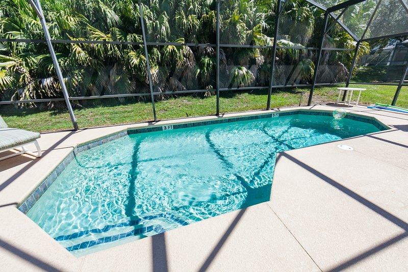 Gran piscina privada totalmente cerrada para el disfrute de sus familias. El calor de la piscina es opcional por una tarifa.